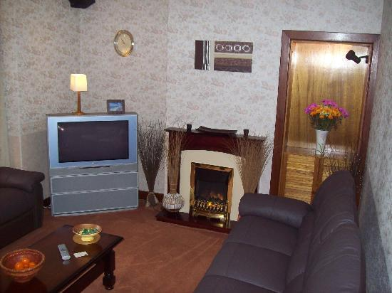 Sgeir Mhaol Guest House: cosy sitting room with new wide screen tv  and recliner leather couches