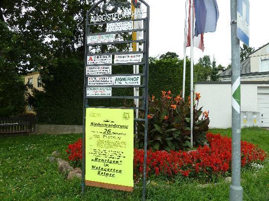 Berchtesgadnerhof: Heurugenschilder in der Agnesgasse