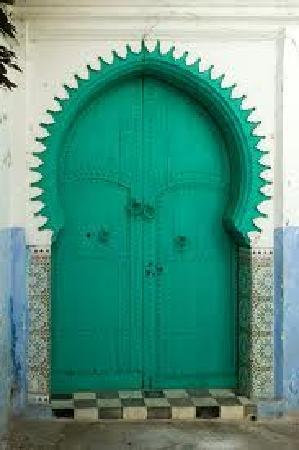 Asilah, Marokko: Typical painted door