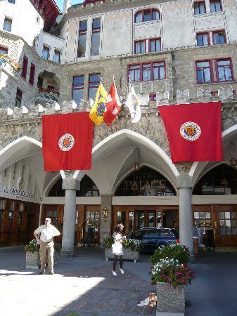Badrutt's Palace Hotel: Hoteleingang mit Chaine des Rotisseur Fahne