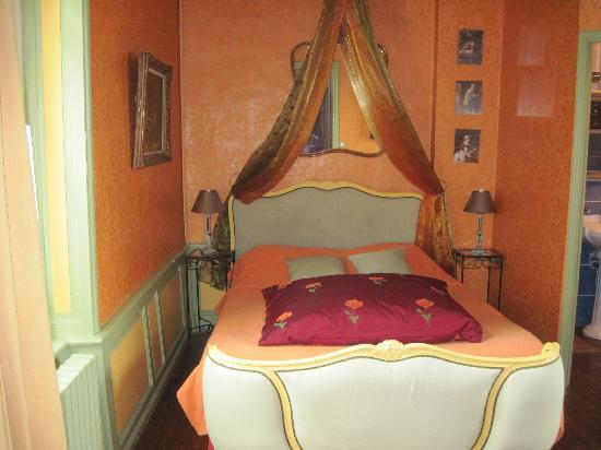Logis Les Remparts -  Bed and Breakfast: such a comfortable and luxorious bed