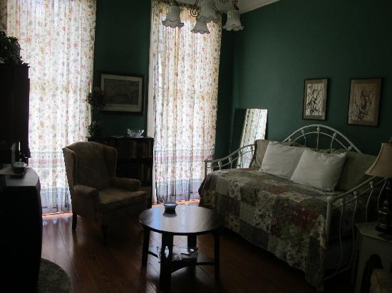 Garden District B&B: sitting room