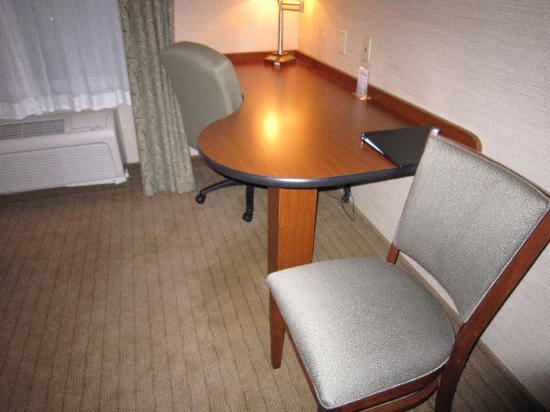 Holiday Inn Express Hotel & Suites Urbana-Champaign (U of I Area): Nice work station
