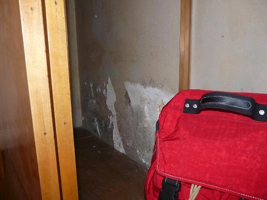 Hostel Art: The wardrobe