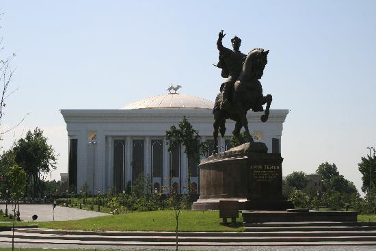 Tashkent, Uzbekistan: Taschkent: Amur Temur-Denkmal mit Kongresspalast