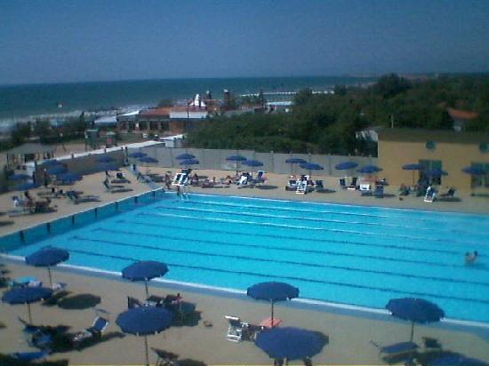 เทอร์เรเนีย, อิตาลี: Blick vom Balkon auf den Pool und das Meer