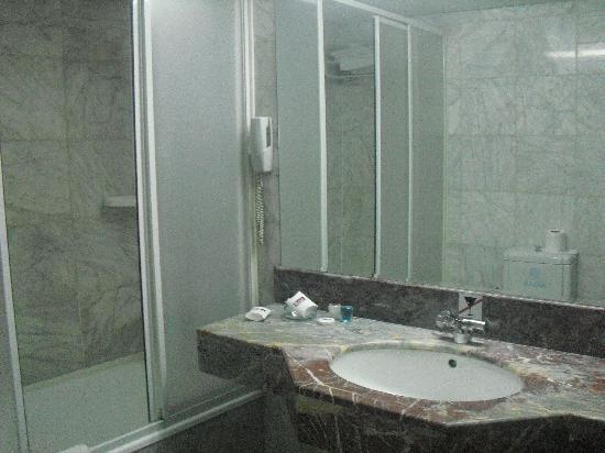 Aksan Hotel: Baño
