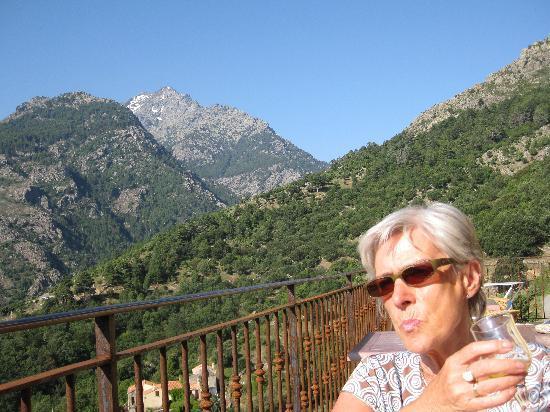 Auberge E-Cime: Ma femme sur la terrasse et les monts enneigés