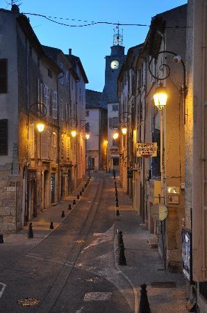 Gaden Maison Du Midi ligger i, udsigten fra vores vindue