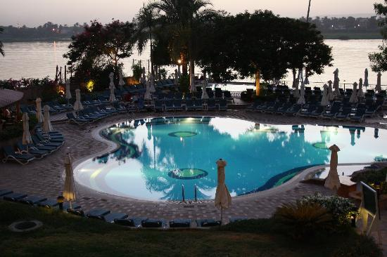 Steigenberger Nile Palace Luxor: Swimming pool in the evening