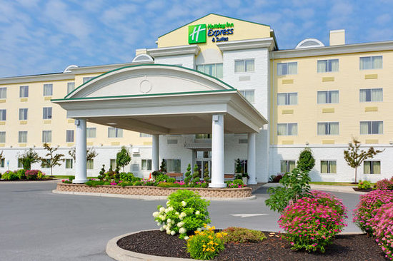 Holiday Inn Express Hotel & Suites Watertown-Thousand Islands: Hotel Exterior Daylight