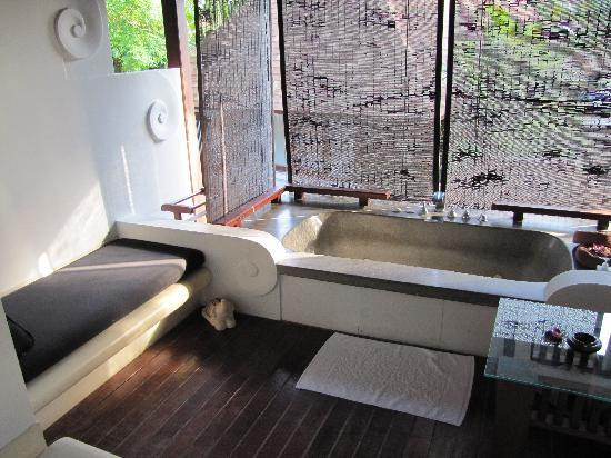 Pavilion Samui Villas & Resort : le jacuzzi sur la terrasse