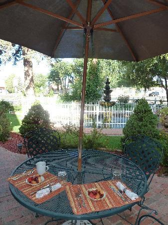 Heritage Inn Bed and Breakfast: Patio Breakfast