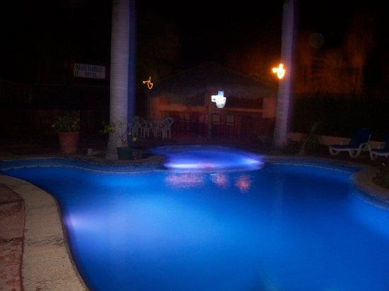 لوس باريليز هوتل: pool at night