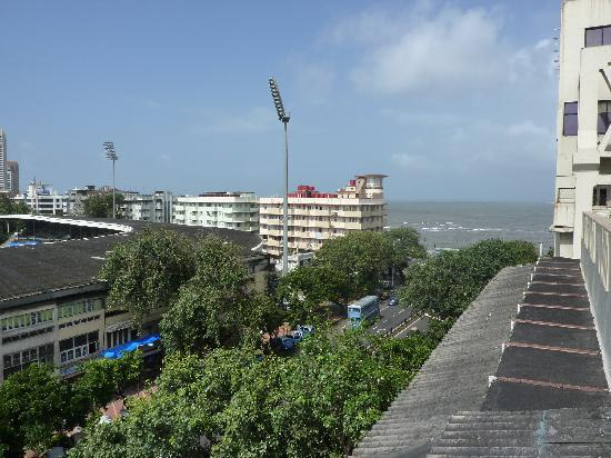 Chateau Windsor Hotel: View from the roof top looking towards Marine Drive.