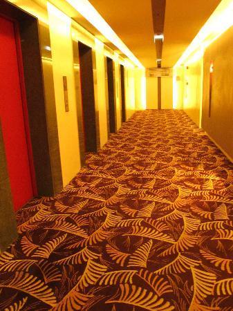 Greenhills Elan Hotel Modern: Hallway to our room