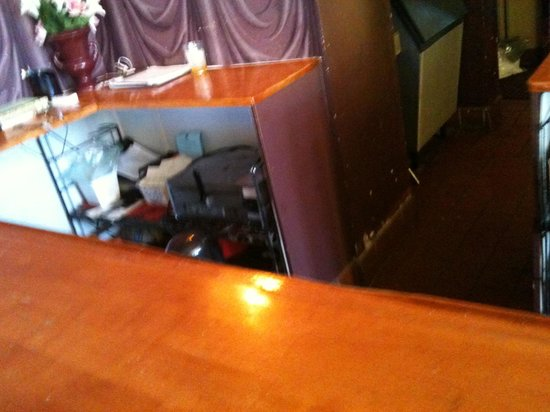 Water Street Inn: Behind the front desk...Yuk!