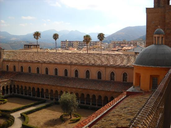 Hotel Verdi: Courtyard at Monreale Cathedrale