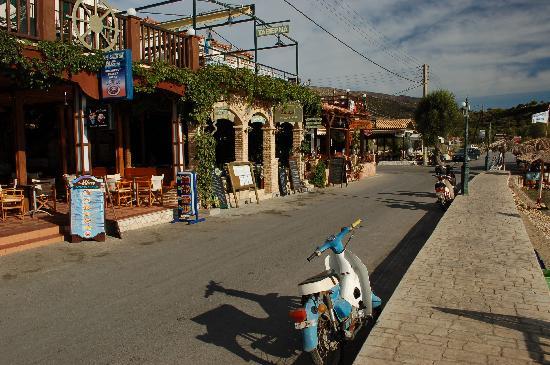 Limni Keri, Grèce : main street-tavernas