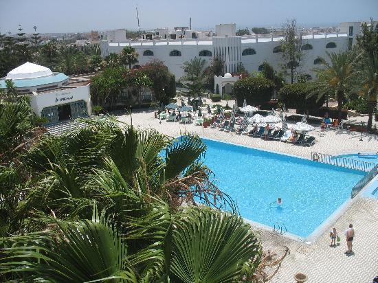 Hotel Le Tivoli: Pool des Hotels - Auflagen sehr alt