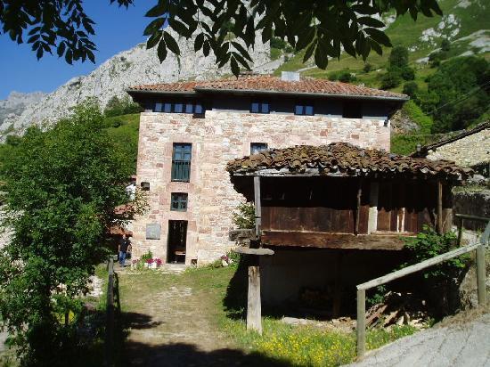 Pola de Lena, Spain: la hostería, fachada este