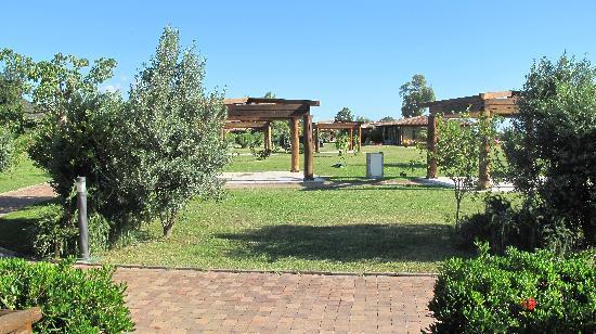 Garden Beach Hotel & Resort : giardini e strutture