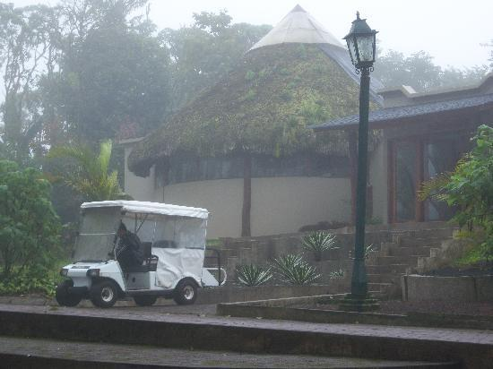 Santa Cruz, Ecuador: Vista de nuestro transporte  en el hotel