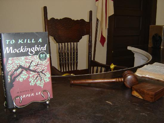 Old Monroe County Courthouse and Heritage Museum: Judge's Bench