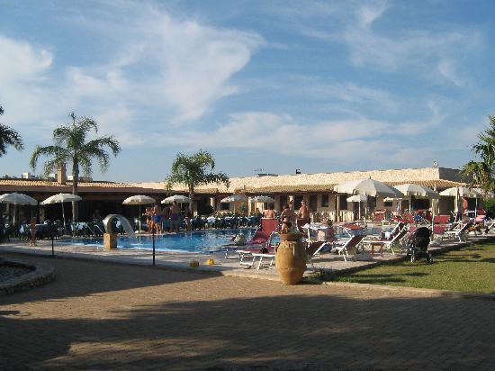 Hotel Masseria Le Pajare: giardino e piscina