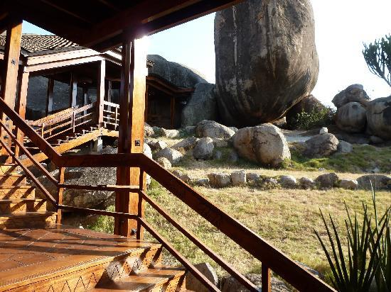 Seronera Wildlife Lodge: Innenhof mit Kopje