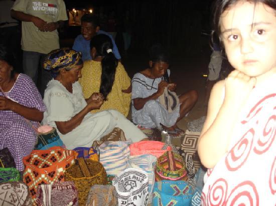 Departamento de La Guajira, Colombia: INDIGENAS TEJIENDO BOLSOS