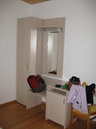 Hotel Weisses Roessli : closet area