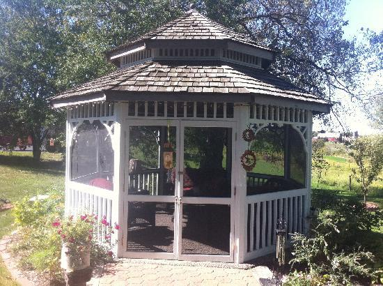 Cloran Mansion Bed & Breakfast: The screened-in gazebo.
