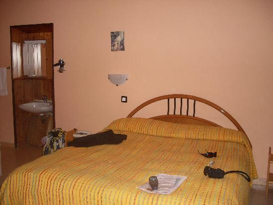 Hotel Spagna: Lavandino vicino al letto!