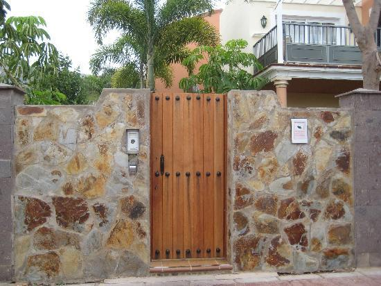 Cordial Mogan Playa: If you stay in a building away from the reception, it is easier to use this gateway to the beach