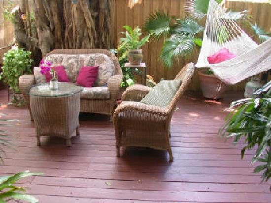 Jasmine House: Back deck also includes hammock, deck furniture, free washer/dryer