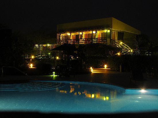 Finch Bay Galapagos Hotel: Vista nocturna de la piscina y de algunas habitaciones
