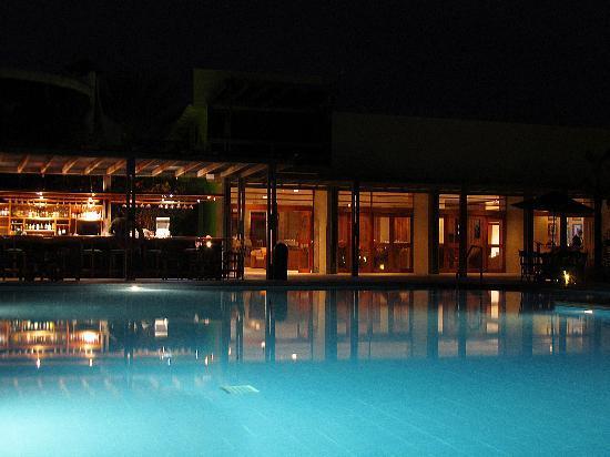 Finch Bay Galapagos Hotel: Vista nocturna del bar y del lobby