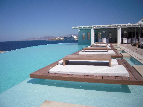 Cavo Tagoo: Descansando en la piscina.