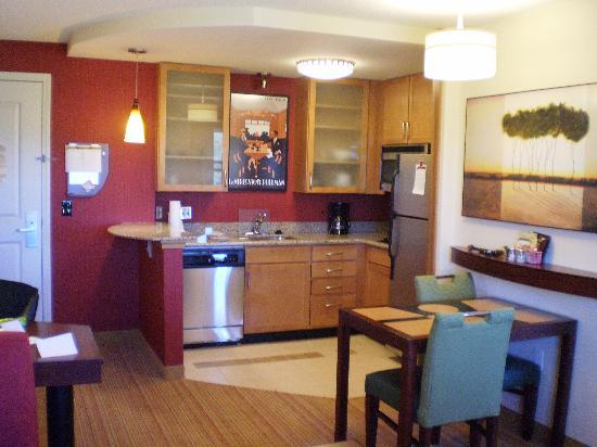 Residence Inn Waynesboro: kitchen area in room