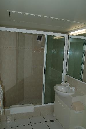 Golden Sands Beachfront Resort: Bathroom