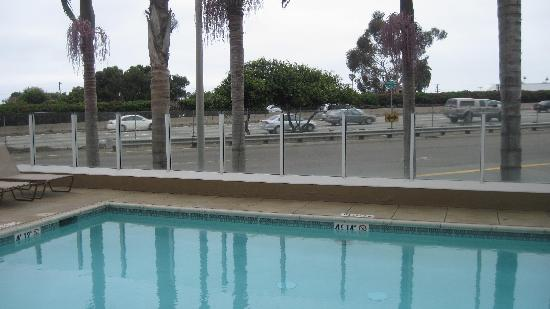 Days Inn Carlsbad: Just a frontage road between the pool and the highway