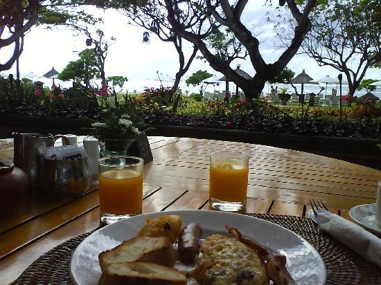 Ayodya Resort Bali: Breakfast at beach cafe.  Cannot be better
