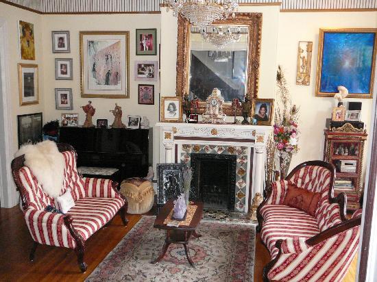 Noe's Nest Bed and Breakfast: Main living room