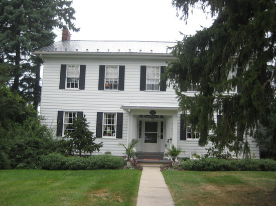 The Chatelaine B&B: Front of the inn