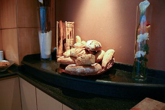 Roissy, Francia: 朝食ブッフェ 飾られたパンです