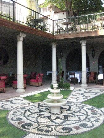 Sokullu Pasa Hotel: 朝食をとる庭です