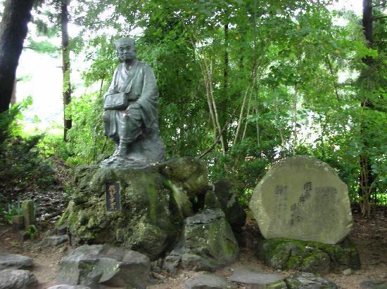 Risshaku-ji Temple: 松尾芭蕉と俳句「閑さや岩にしみ入蝉の声」の碑