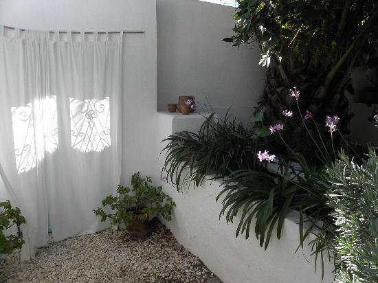casa rosada : A stylish spot in the garden