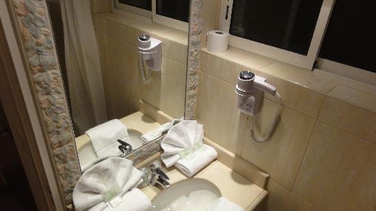 Calvi Hotel: the bathroom